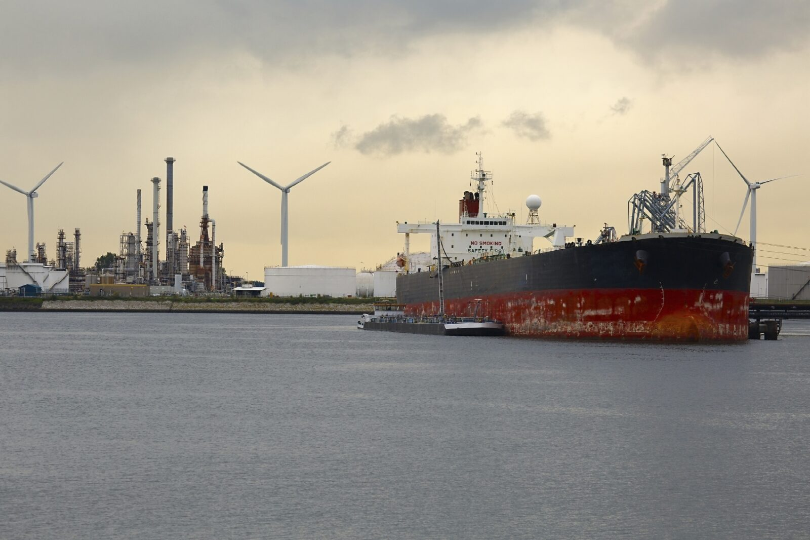 Large crude oil tanker arrived to the refinery dock